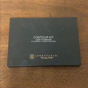 ANASTASIA contour kit. Light to medium